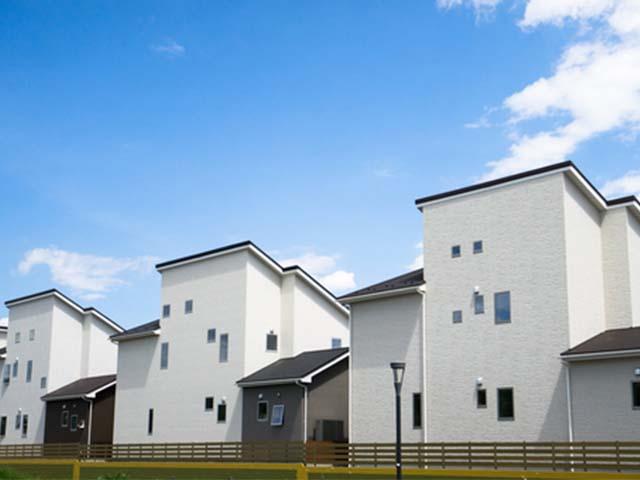 現代的な外観の一軒家が立ち並ぶ街並み